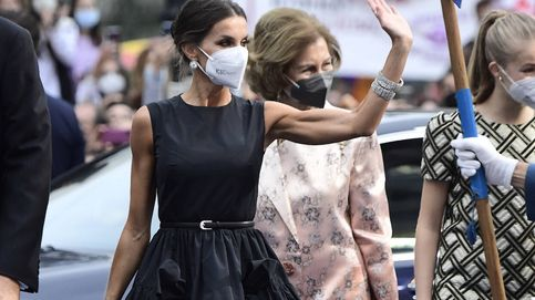 La reina Letizia en los Princesa de Asturias con un vestido negro de The 2nd Skin