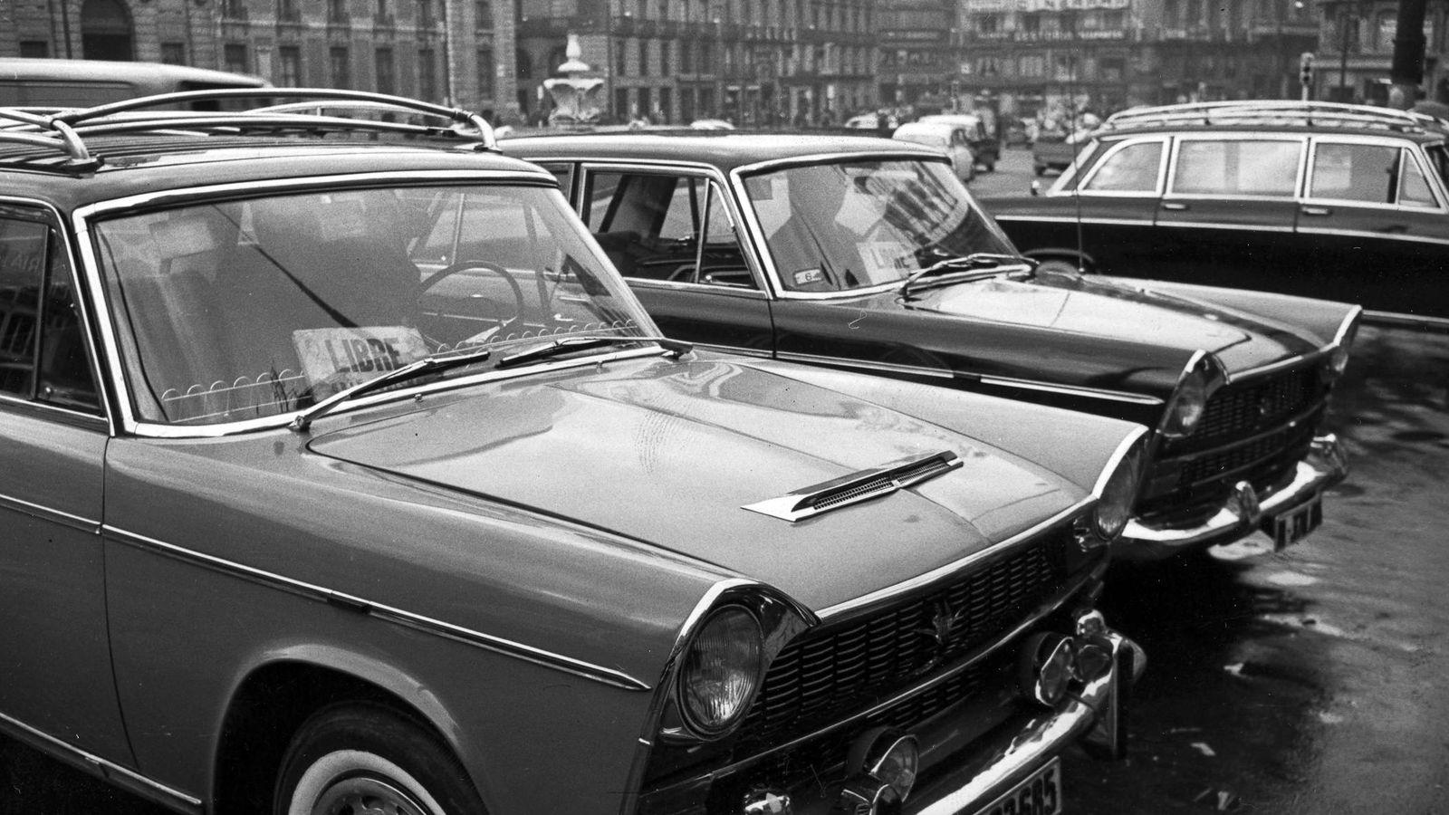 Foto: Parada de Gran Turismos en la puerta del Sol a principios de los años setenta. (Foto de Fundación Diario Madrid y proporcionada por Javier Leralta)
