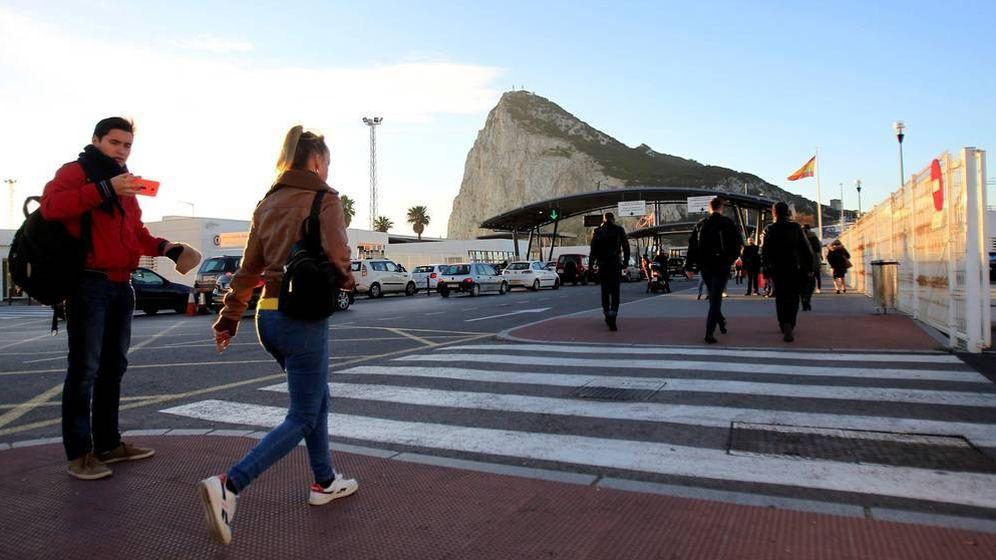 Foto: Imagen de la Línea con el Peñón al fondo. (EFE)