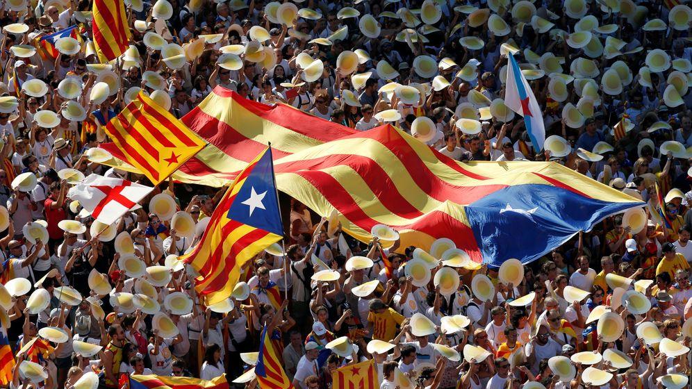 Foto: Un grupo de personas con varias esteladas, durante la Diada. (Reuters)