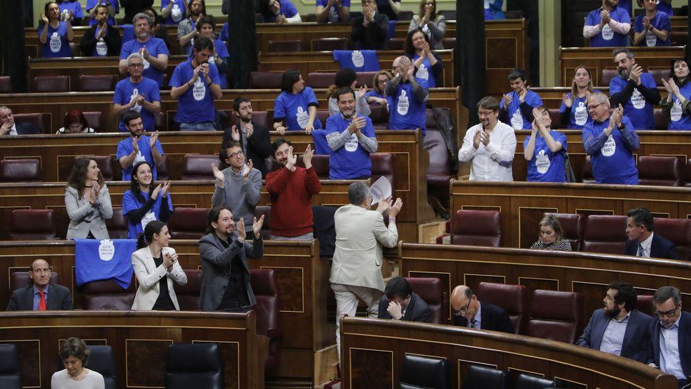 Foto: Los diputados de Unidos Podemos, vistiendo en el Parlamento camisetas azules con el lema 'Agua 100% pública'. (EFE)