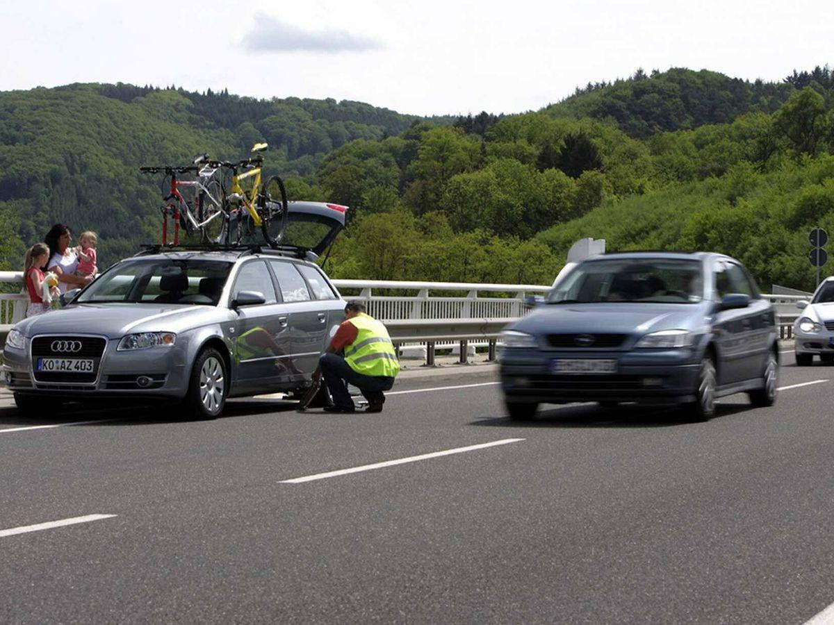 Foto: Comprobar el buen estado de los neumáticos antes de salir nos ahorrará graves peligros.