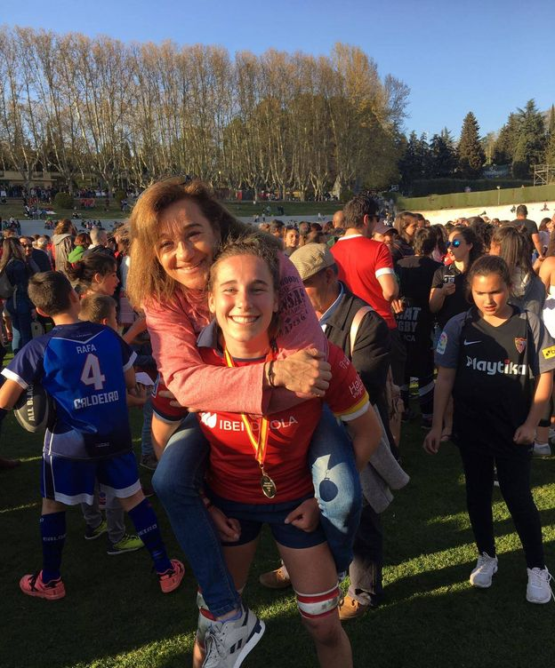 Foto: Blanca Fernández Ochoa, cogida en brazos por su hija Olivia tras el oro en el pasado Seis Naciones B