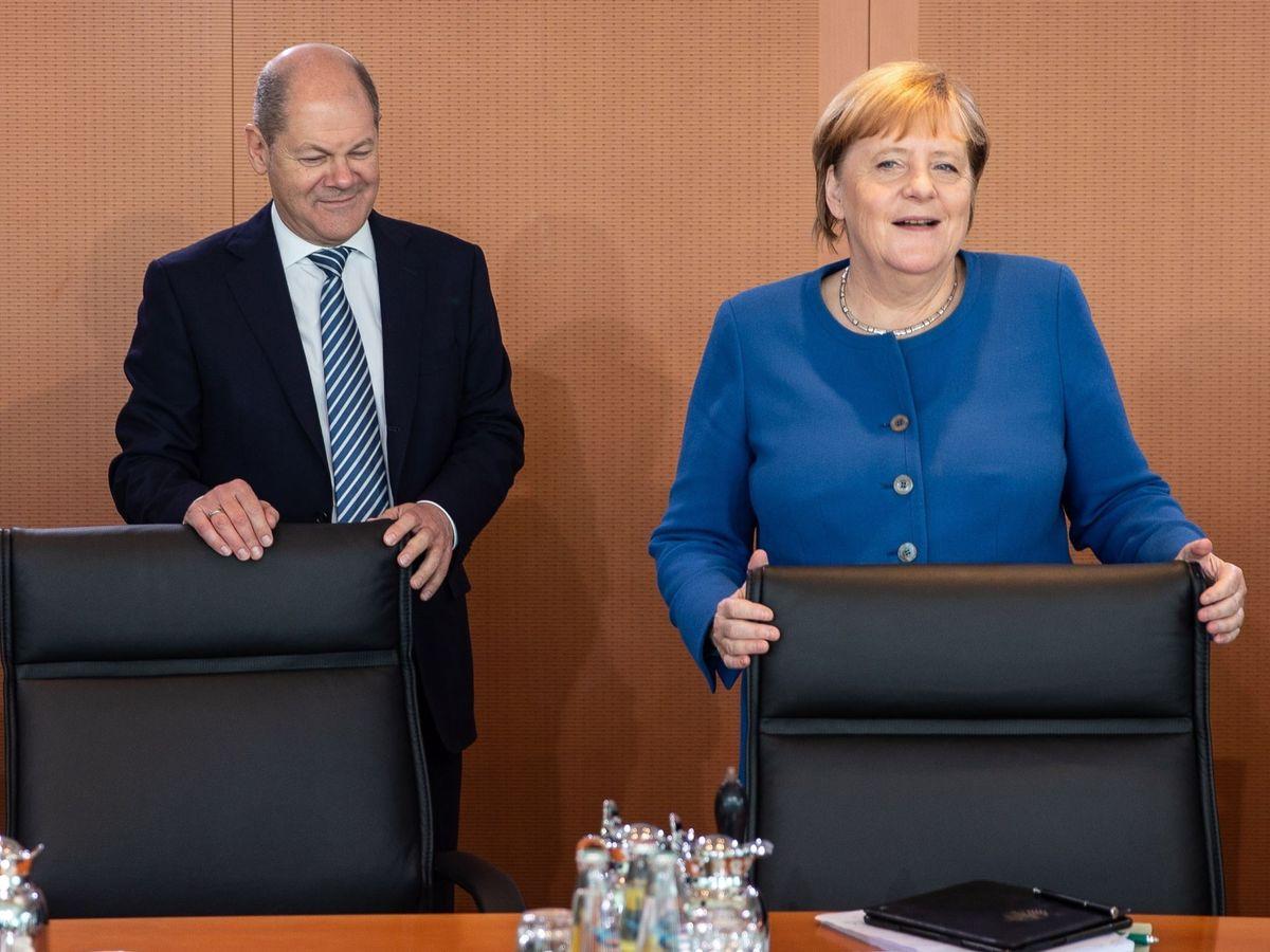 Foto: La canciller alemana, Angela Merkel, junto al titular de Finanzas, Olaf Scholz, en Berlín. (EFE)