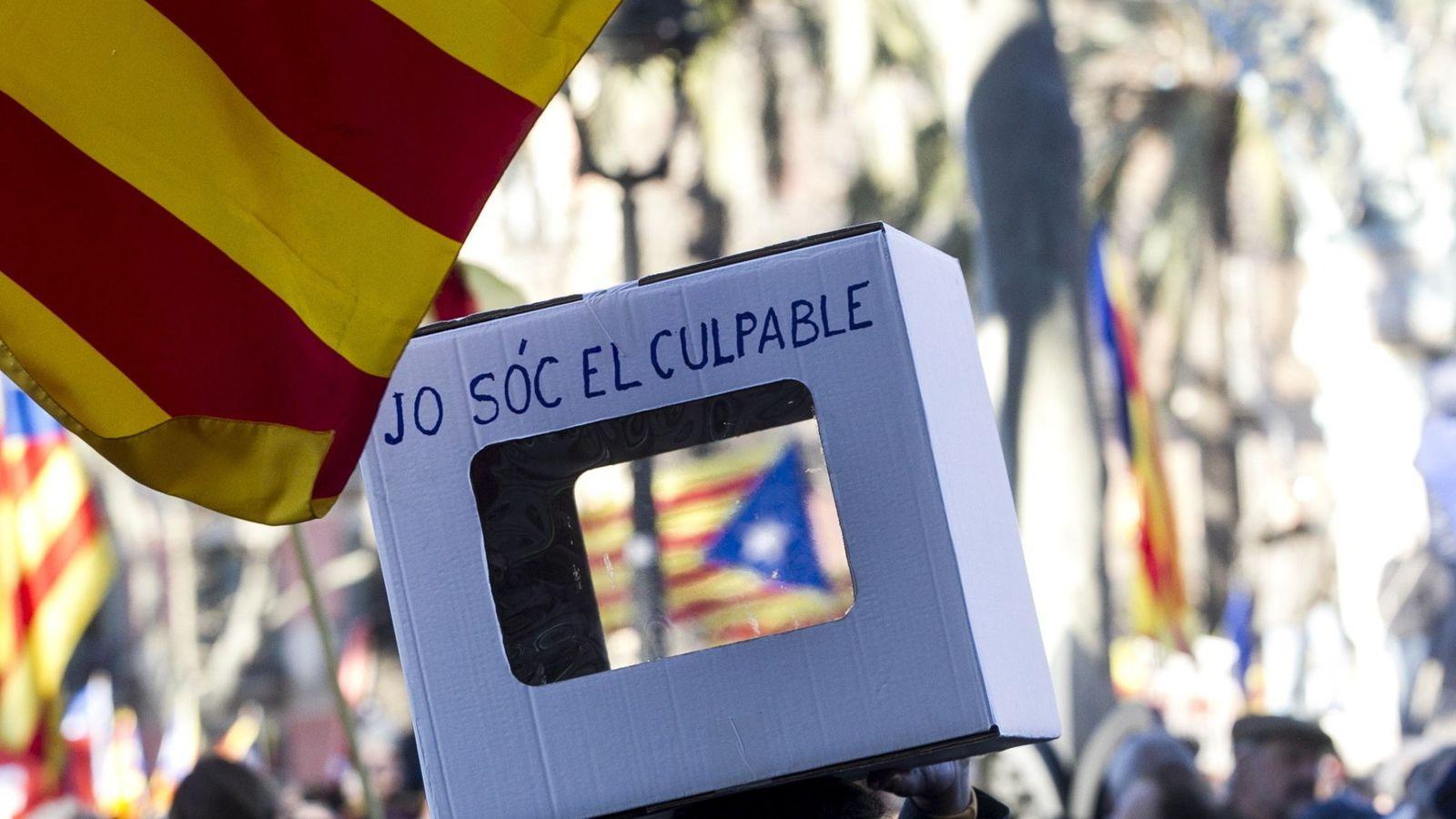 Foto: Una persona lleva una urna reivindicativa en la manifestación de apoyo al expresidente Artur Mas, la exvicepresidenta Joana Ortega, y la exconsellera Irene Rigau. (EFE)
