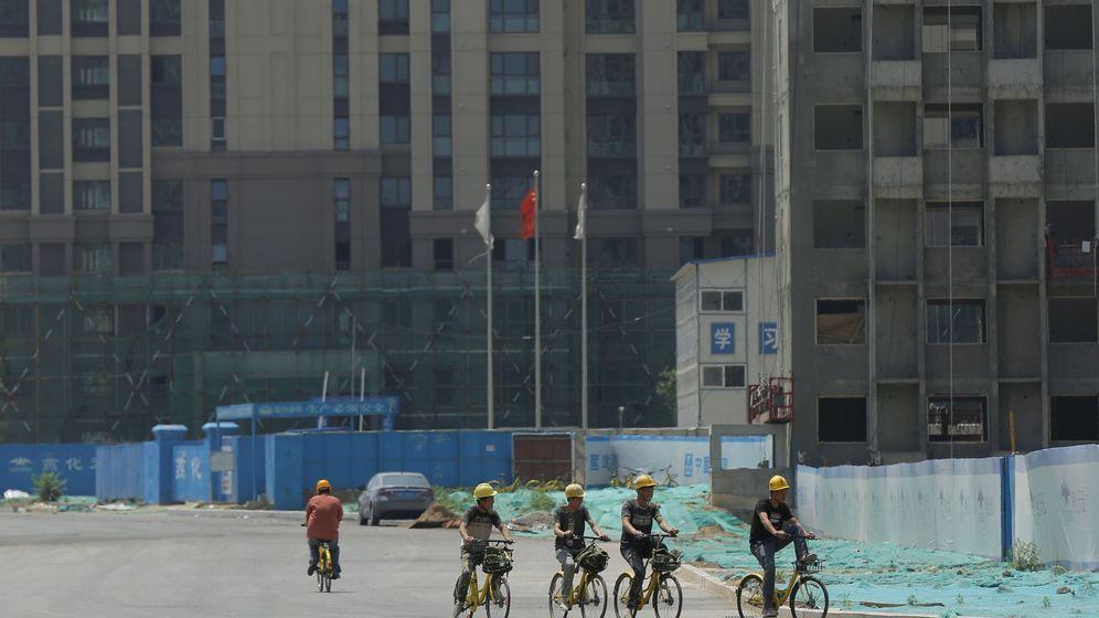Foto: Trabajadores de una obra se desplazan en bicicleta. (Reuters)