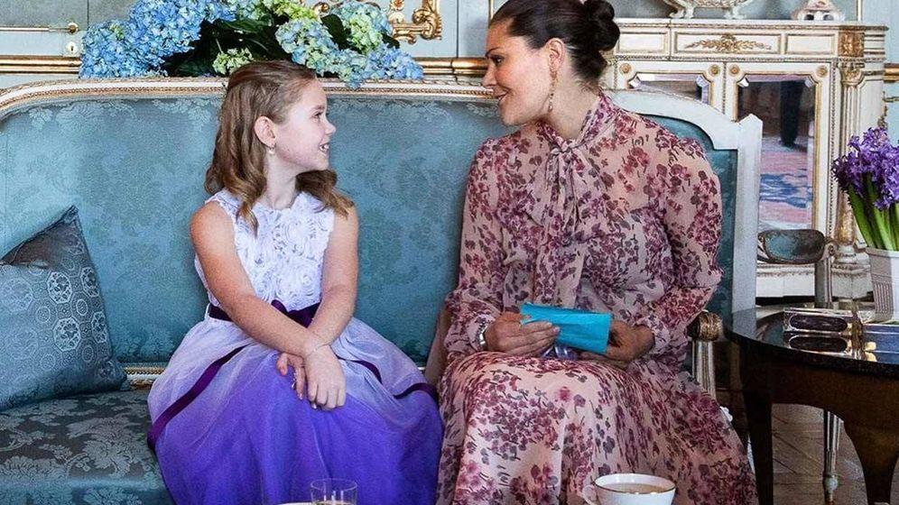 Foto: Victoria de Suecia junto a Emilia, la niña que ha cumplido su sueño. (Casa Real Suecia/Sara Friberg)