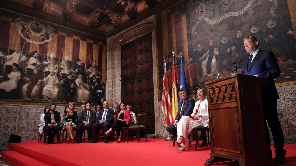 Foto: Ximo Puig, en el Palau de la Generalitat, con su Gobierno en el Día de la Comunidad Valenciana. (GVA)