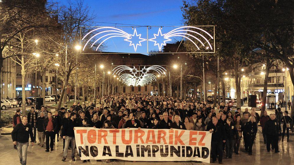 Foto: Manifestación contra la absolución de los cuatro guardias civiles que fueron condenados por torturas a los etarras Igor Portu y Mattin Sarasola. (EFE)