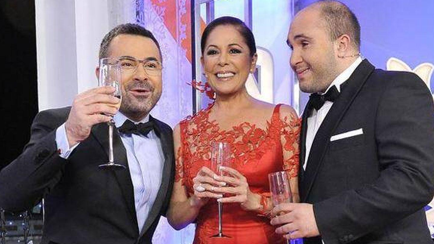 Jorge Javier Vázquez, Isabel Pantoja y Kiko Rivera, en las Campanadas de 2011. (Telecinco)
