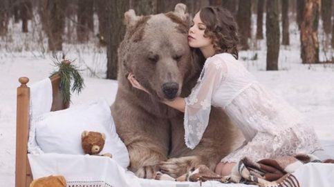 YouTube: un oso pardo cae rendido ante los encantos de dos modelos rusas