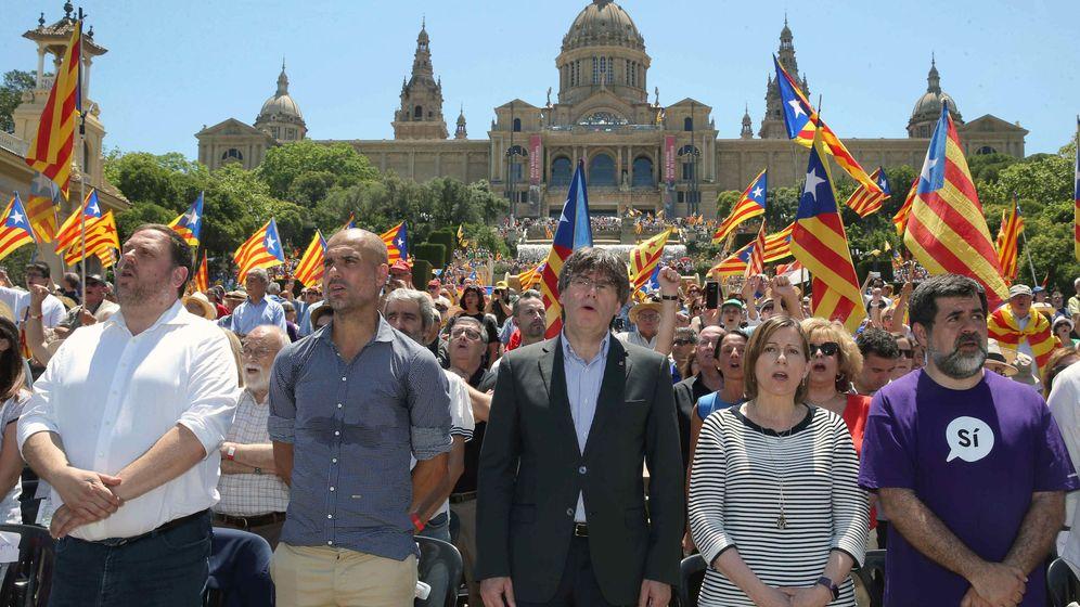 Foto: El expresidente de la Generalitat, Carles Puigdemont, junto a otras figuras del independentismo. (EFE)