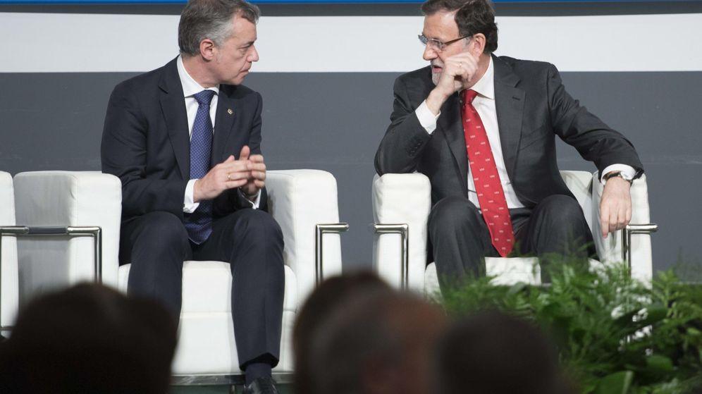 Foto: El presidente del Gobierno, Mariano Rajoy, conversa con el lendakari, Íñigo Urkullu. (EFE)