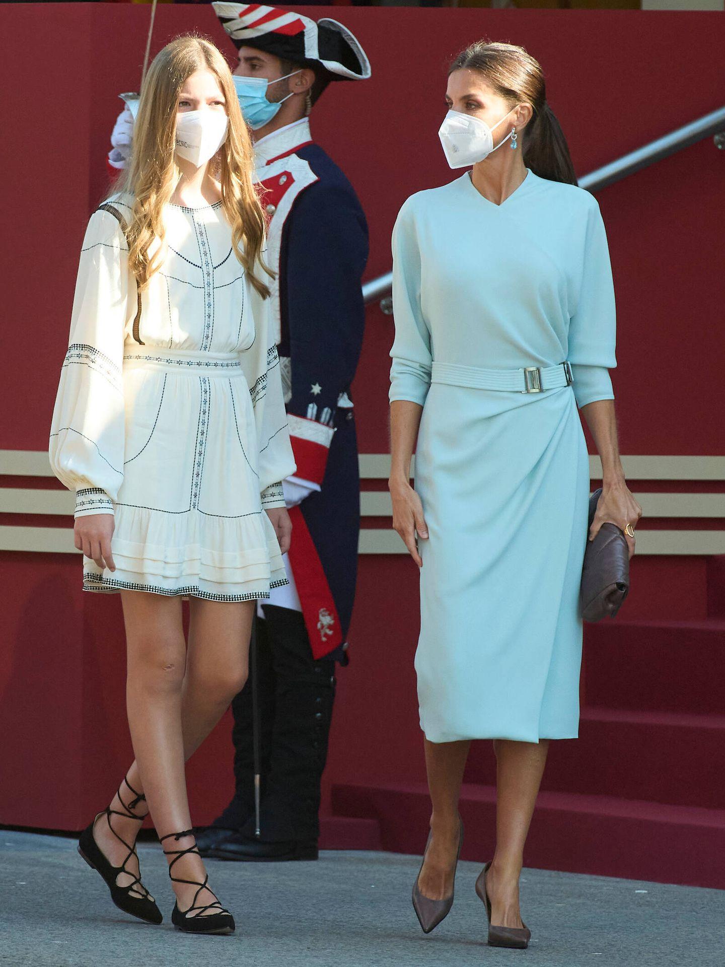 La infanta Sofía y la reina Letizia, durante la Fiesta Nacional. (Limited Pictures)