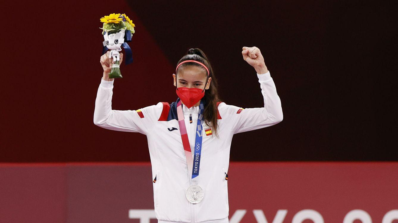 Foto: Adriana Cerezo celebra su plata en el podio. (EFE)