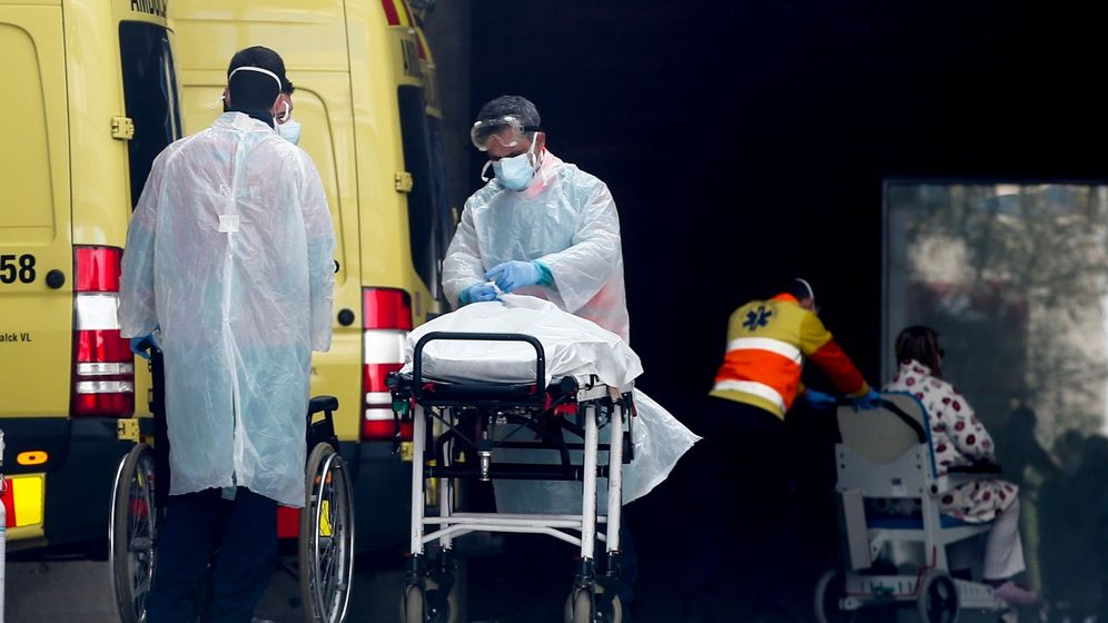 Foto: Personal medico porta un paciente en el Hospital de Bellvitge en L'Hospitalet (Barcelona), este viernes. (EFE)