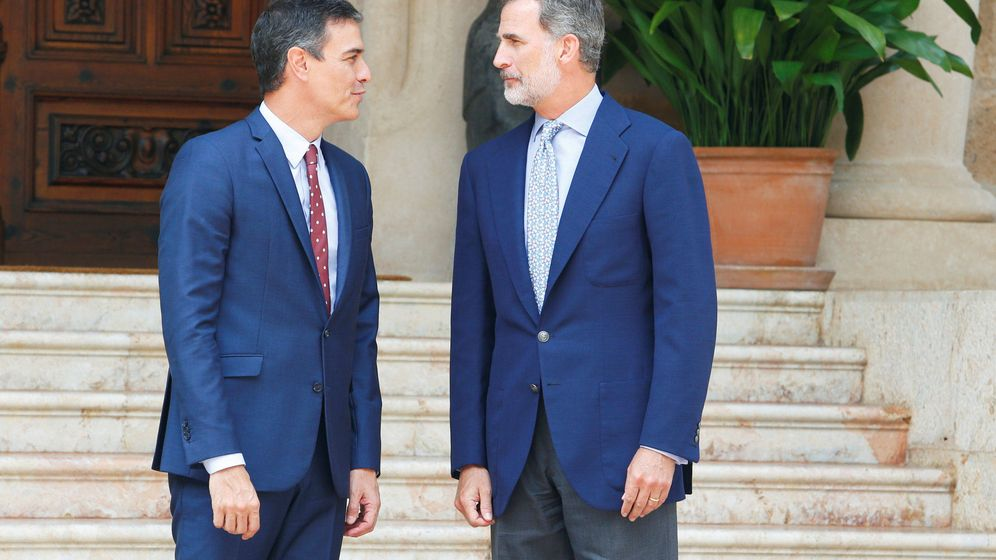 Foto: El presidente del Gobierno en funciones, Pedro Sánchez, es recibido por el rey Felipe VI en Marivent. (Reuters)