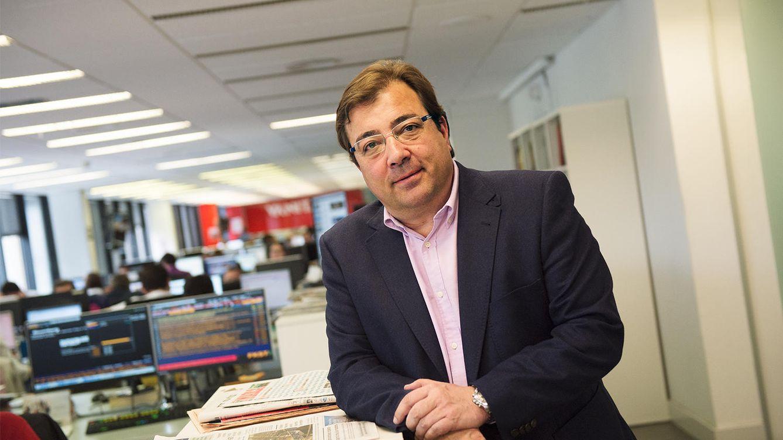 Foto: El presidente extremeño, Guillermo Fernández Vara, en la redacción de El Confidencial, este 29 de abril. (Pablo López Learte)
