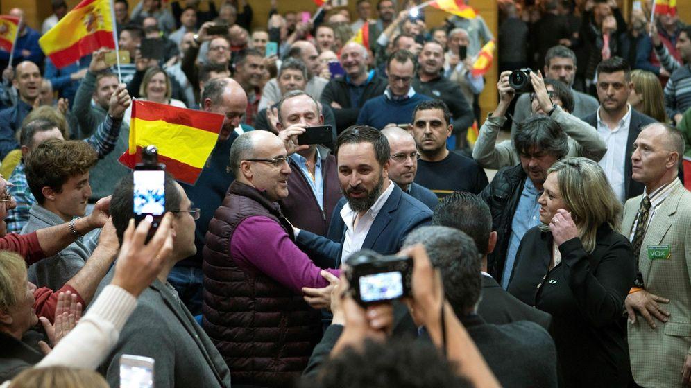 Foto: El presidente de Vox, Santiago Abascal (c), a su llegada a un acto público del partido en Teruel. (EFE)