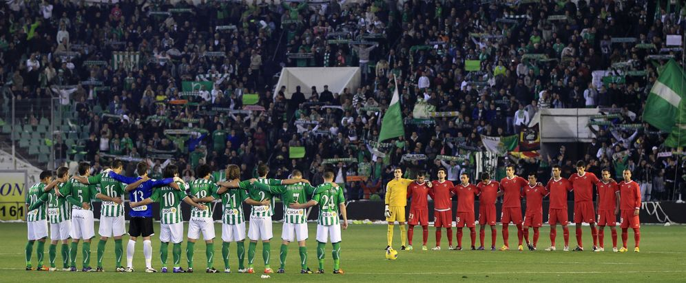 Foto: Betis y Sevilla en un derbi de la temporada 2011/2012 (Reuters).