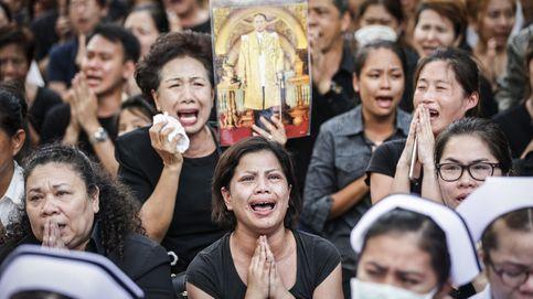 Una Tailandia vestida de negro vela a su rey y se prepara para un mes de luto