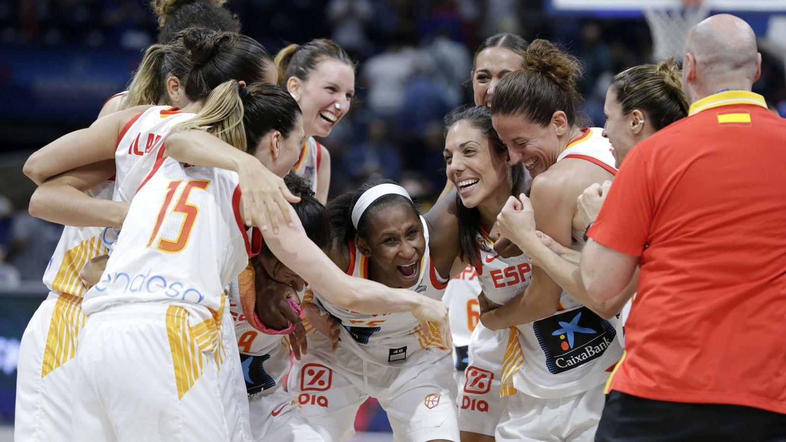 Foto: Las jugadoras de la selección española celebran su clasificación para la final del EuroBasket. (EFE)