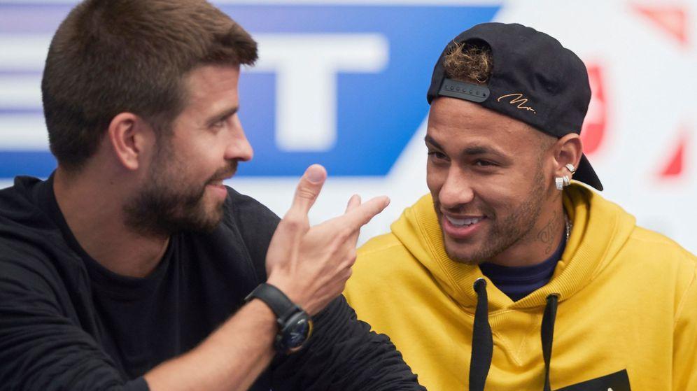 Foto: Neymar, junto a Piqué, en el casino de Barcelona durante la visita del brasileño a la Ciudad Condal. (EFE)