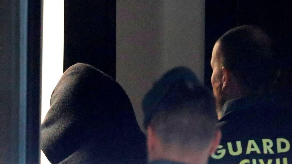 Foto: El Chicle es trasladado por la Guardia Civil a los juzgados de Ribeira (A Coruña) el pasado 4 de enero. (EFE)