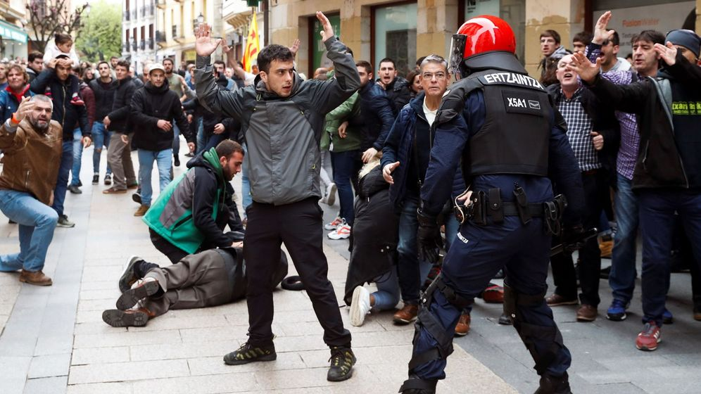 Foto: La Ertzaintza carga este domingo contra los radicales que boicotearon el acto de Ciudadanos en Rentería. (EFE)