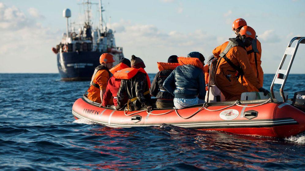 Foto: Rescate de una patera en alta mar. (EFE)