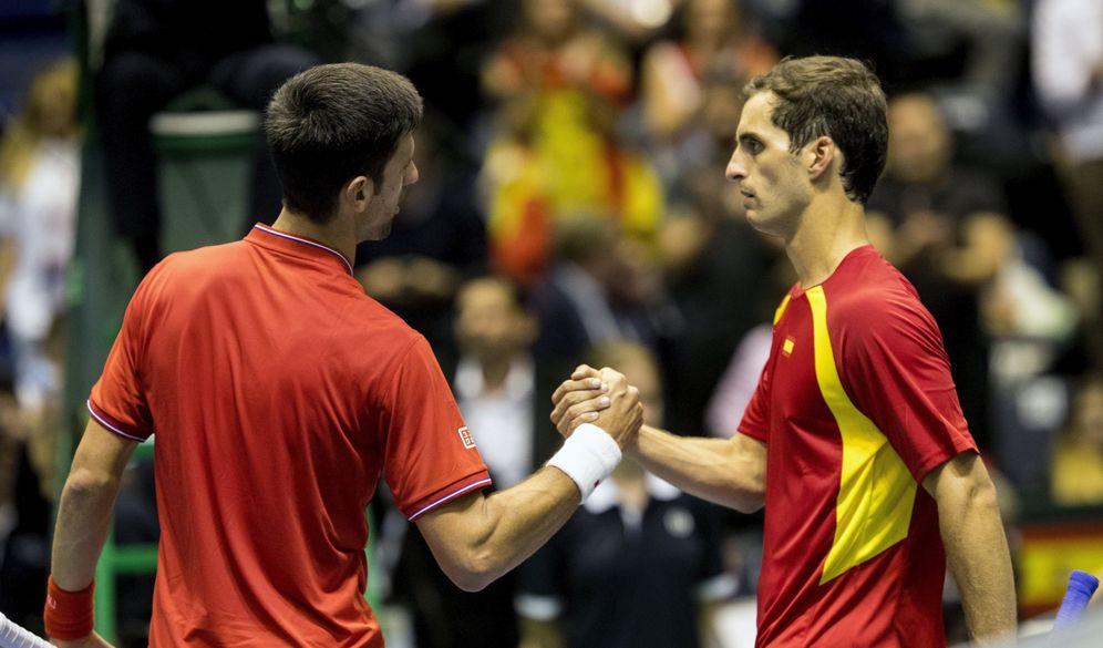 Foto: Djokovic saluda a Albert Ramos tras el partido. (EFE)