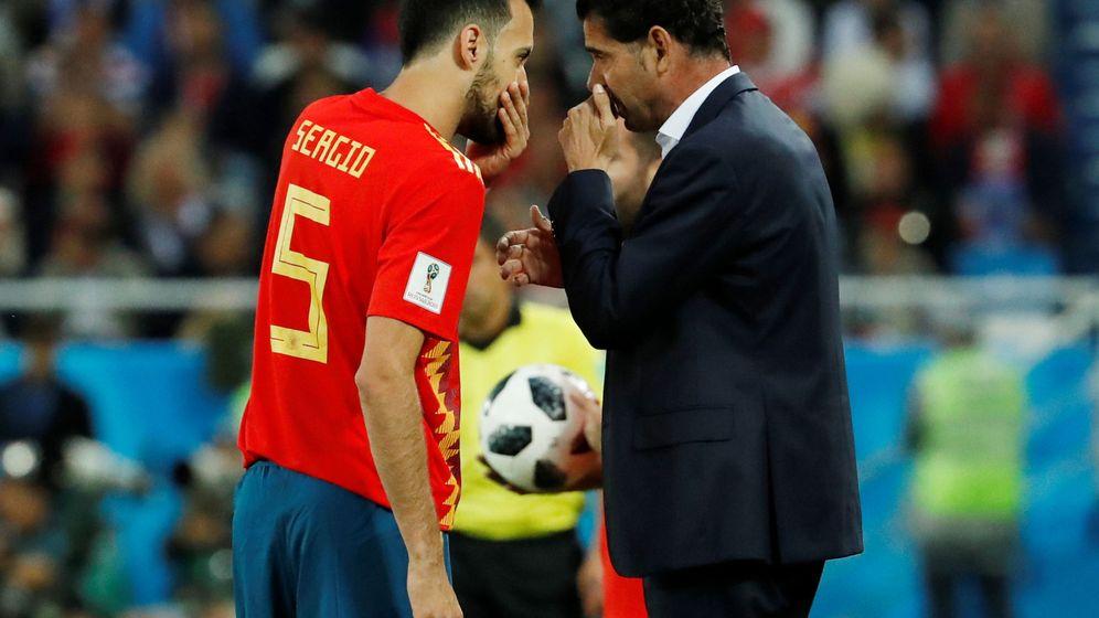 Foto: Fernando Hierro da instrucciones a Busquets durante el partido de España contra Marruecos. (EFE)