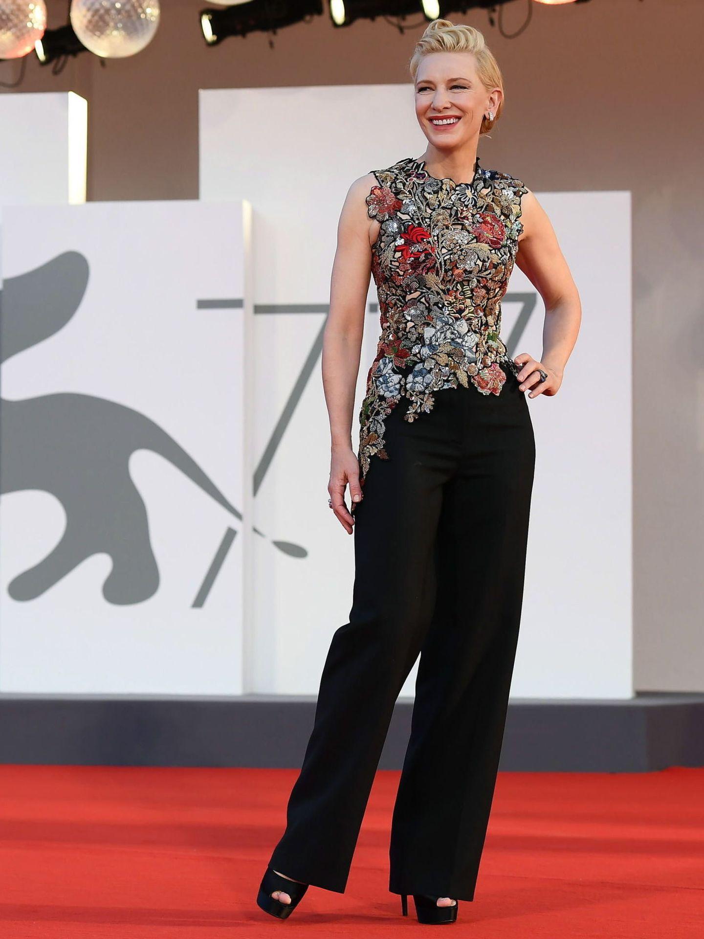 Cate Blanchett, en la presentación de 'Amants (Lovers)' con cuerpo de bordado y pedrería de Alexander McQueen, combinado con pantalón negro. (EFE)