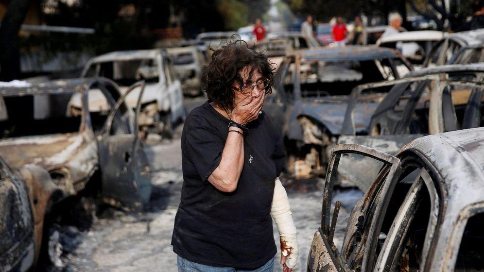 Foto: Una mujer herida se tapa la boca mientras trata de encontrar a su perro tras el incendio en Mati, cerca de Atenas, el 24 de julio de 2018. (Reuters)