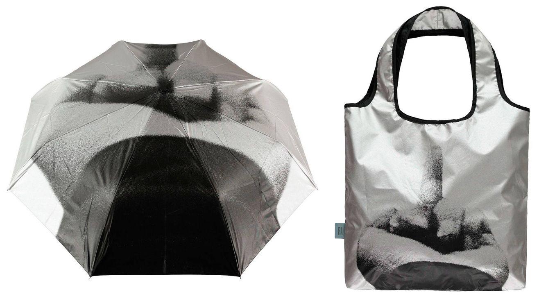 Foto: Un paraguas y una bolsa de compras ilustrados con el dedo aquilatado por Ai Weiwei como signo y símbolo de su activismo político.