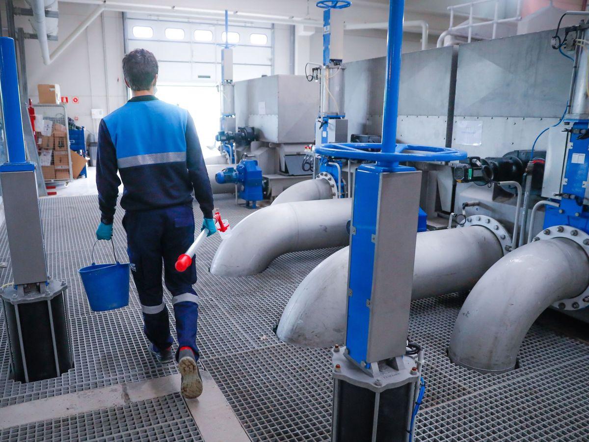Foto: Un trabajador toma muestras del agua. (EFE)