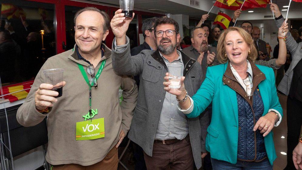 Foto: Los tres diputados murcianos de Vox: Lourdes Méndez (d), Joaquín Robles (c) y Luis Gestoso (i). (EFE)