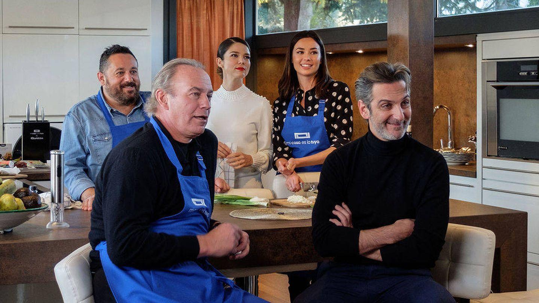 Bertín Osborne y el equipo de 'Perfectos desconocidos'. (Mediaset España)