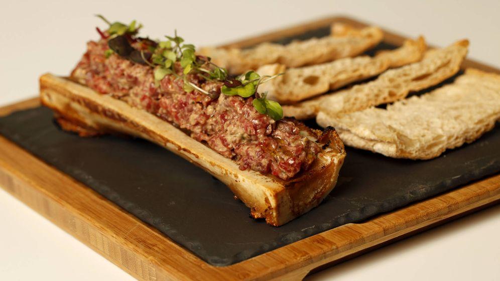 Foto: El steak tartar, con tuétano. El sello Estévez.