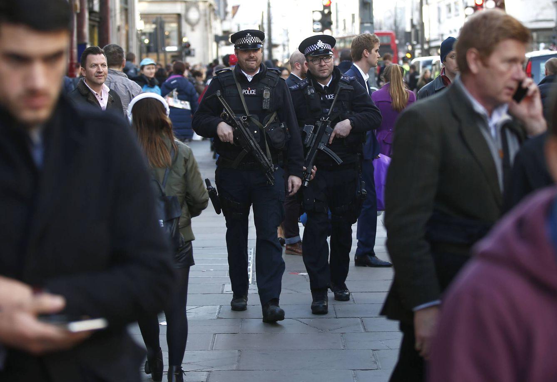 Foto: Agentes de policía armados patrullan por Oxford Street, en Londres, el 23 de diciembre de 2015 (Reuters).