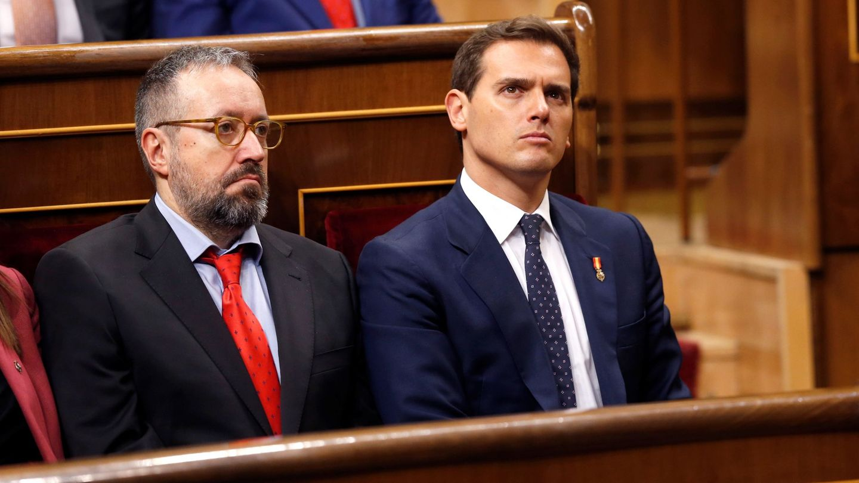 El presidente de Cs, Albert Rivera (d), y el portavoz del grupo parlamentario, Juan Carlos Girauta (i). (EFE)