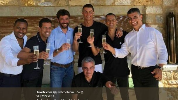 Foto: Cristiano Ronaldo, entre Mendes, Agnelli y el equipo de Gestifute, en Grecia.