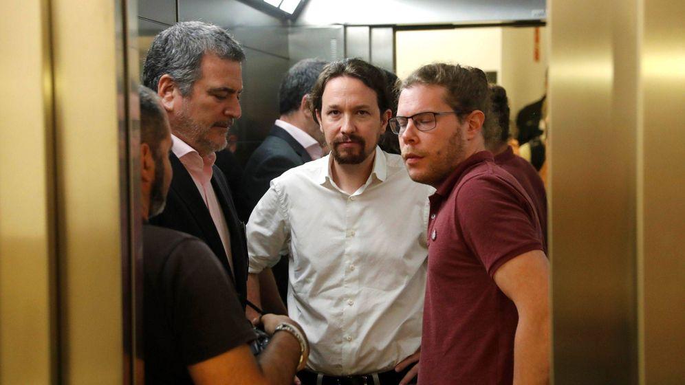 Foto: Pablo Iglesias (c), tras su comparecencia ante los medios tras la reunión que ha mantenido con Pedro Sánchez. EFE