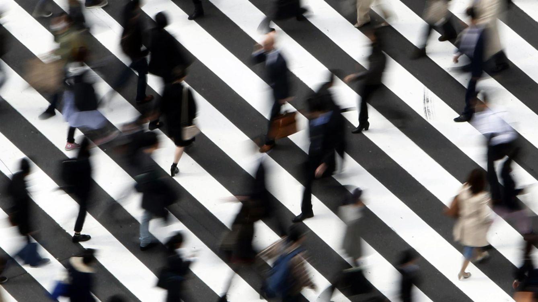 Foto: Imagen de varias personas acudiendo a sus puestos de trabajo (Reuters)