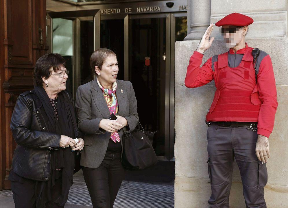 Foto: María José Beaumont (izquierda) y Uxue Barkos salen del Parlamento de Navarra tras una sesión. (EFE)