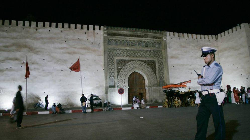 Foto: Un policía vigila la plaza de Sahat Lahdim, en la localidad marroquí de Mequinez. (Reuters)