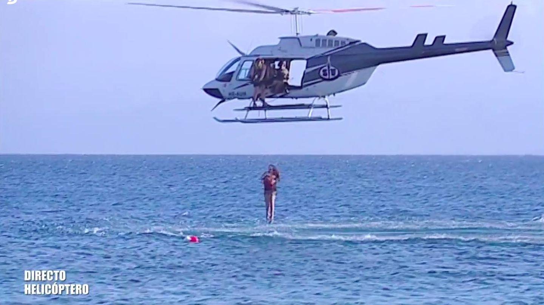 El momento en el que Rocío Flores salta del helicóptero. (Telecinco)