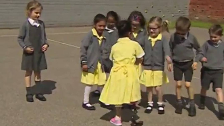 Así reciben en el colegio a una niña con una prótesis nueva
