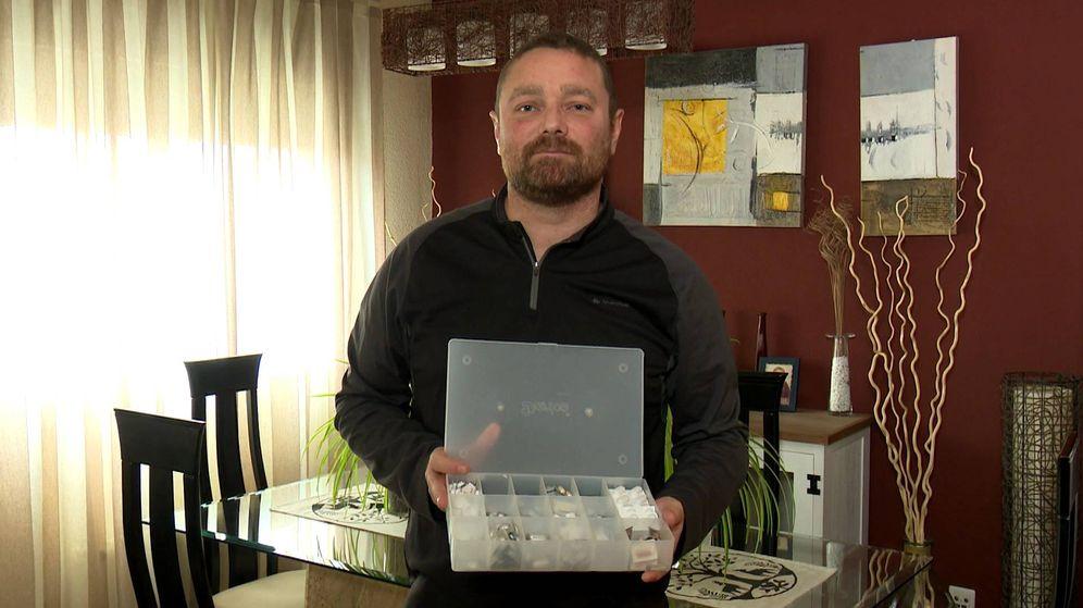 Foto: César muestra la caja con las 18 pastillas al día que tiene que tomar tras el transplante. (EC)