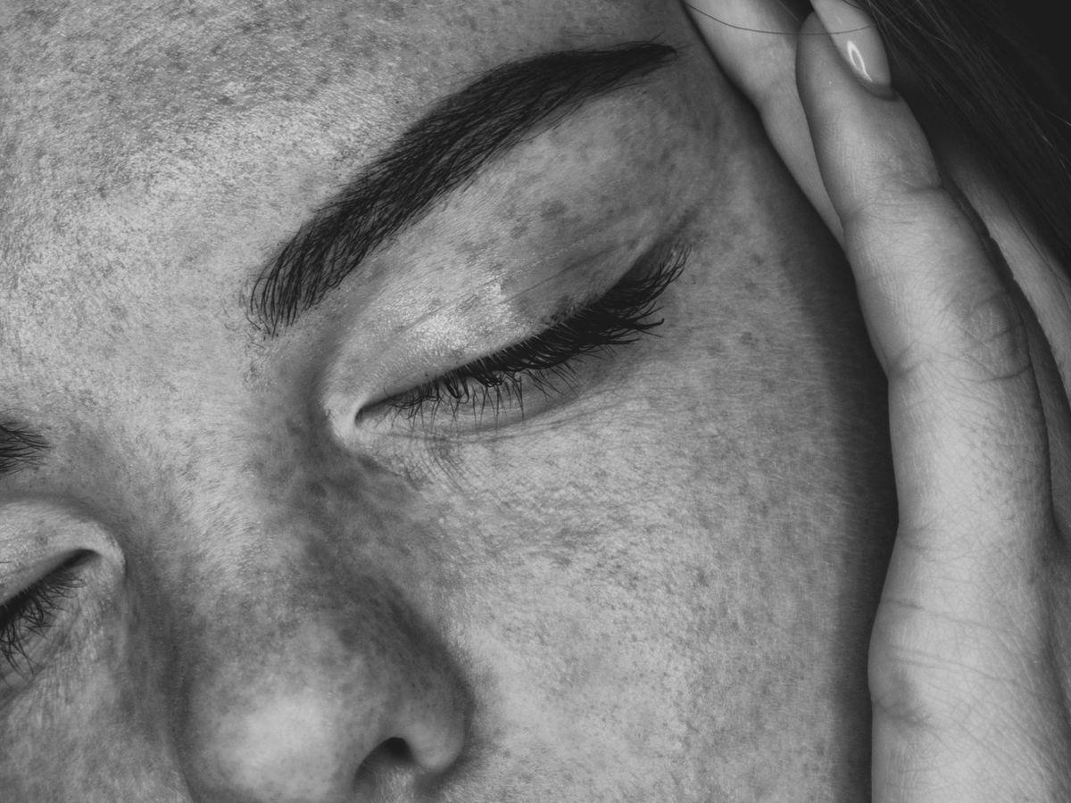 Foto: El peeling unifica el tono, devuelve la luminosidad a la piel y reduce las cicatrices del acné. (Unsplash)